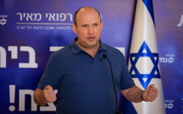 تصویر: نفتالی بنت نخست وزیر اسرائیل حین سخنرانی پیش از تزریق دوز سوم کوئید ۱۹ در مرکز درمانی مئر، کفار شبا، ۲۰ اوت ۲۰۲۱. (Olivier Fitoussi/Flash90)