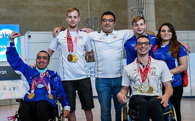 تصویر: اعضای تیم شنای پارالمپیک اسرائیل در بازگشت از بازی های پارالمپیک ۲۰۲۰ به اسرائیل در فرودگاه بین المللی بن گوریون، ۵ سپتامبر ۲۰۲۱. (Flash90)