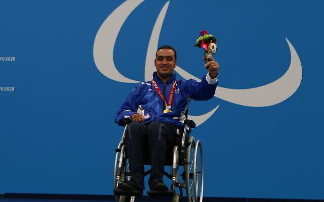 تصویر: شناگر پارالیمپیک اسرائیل، ایاد شلبی  حین دریافت دومین مدال طلای خود در توکیو، ۲ سپتامبر ۲۰۲۱.  (Keren Isaacson/IPC)