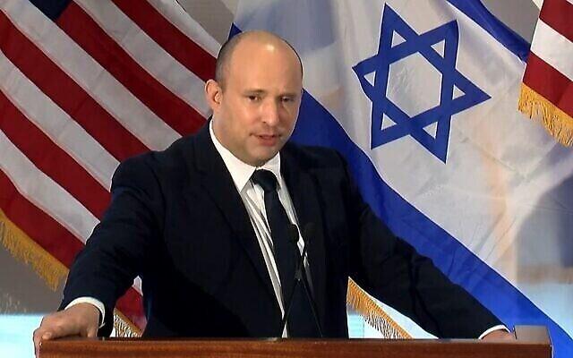 تصویر: نفتالی بنت نخست وزیر اسرائيل حین سخنرانی در مقابل رهبران جامعهٔ یهودیان آمریکای شمالی  در نیویورک در ۲۷ سپتامبر ۲۰۲۱، که برگزارکنندهٔ آن فدراسیون یهودیان آمریکای شمالی بود.  (Facebook screenshot)