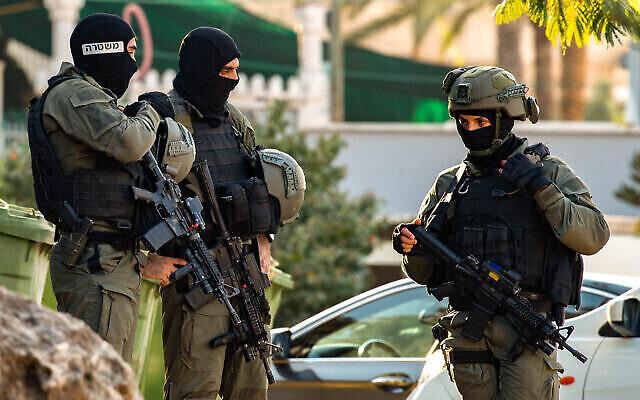 تصویر: پلیس مرزی اسرائیل در روستای «نائرو» در جستجوی شش فراری فلسطینی که از زندان فوق امنیتی شمال اسرائیل گریختند؛ ۷ سپتامبر ۲۰۲۱. (Flash90)