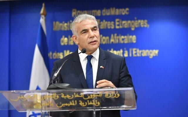 تصویر: یائیر لپید وزیر خارجهٔ اسرائیل حین سخنرانی در مراسمی بهمراه «ناصر بوریتا» وزیر خارجهٔ مراکش در رباط، ۱۱ اوت ۲۰۲۱. (Shlomi Amsalem/GPO)