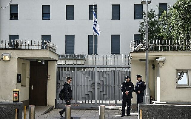 تصویر تزئینی: پلیس روسیه در مقابل سفارت اسرائیل در مسکو به نگهبانی مشغول است؛ ۱۸ سپتامبر ۲۰۱۸.  (AFP / Vasily MAXIMOV)