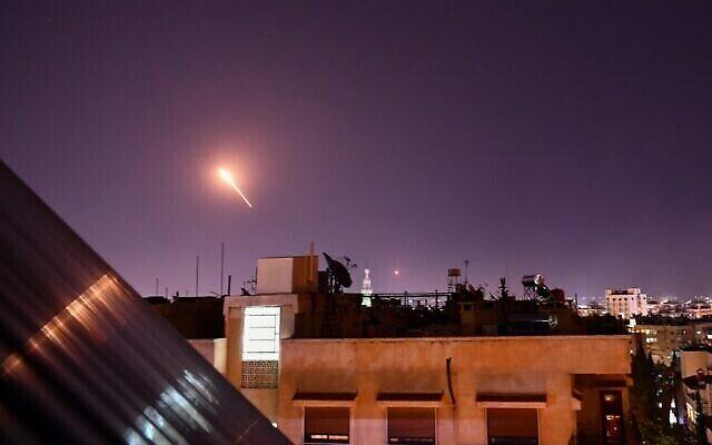 تصویر: دفاع هوایی سوریه حین پاسخ به موشک های منتسب به اسرائيل که ناحیه ای در جنوب دمشق، پایتخت این کشور را بمباران می کنند؛ ۲۰ ژوسیه ۲۰۲۰. (AFP)