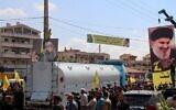 تصویر تزئینی:مردم با تصاویر حسن نصرالله، رهبر حزب الله، به استقبال تانکرهای نفت ایران که از بعلبک سوریه به درهٔ بکاء لبنان وارد می شود، آمده اند؛ ۱۶ سپتامبر ۲۰۲۱. (AFP)