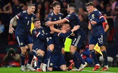 تصویر: بازیکنان اسکاتلند حین شادمانی از پیروزی در بازیهای مقدماتی گروه F جام جهانی فیفای ۲۰۲۲ قطر، میان اسکاتلند و اسرائیل در همپدن پارک، گلاسکو، ۹ اکتبر ۲۰۲۱. (ANDY BUCHANAN / AFP)