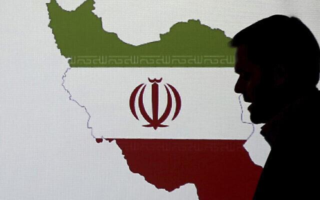 تصویر تزئینی: یک کارشناس امنیت سایبری حین گفتگو با روزنامه نگاران در بارهٔ تکنیکهای هک ایران، در مقابل نقشه ایران ایستاده؛ ۲۰ سپتامبر ۲۰۱۷، دوبی، امارات متحد عربی. (AP/Kamran Jebreili)