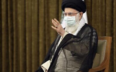 تصویر: علی خامنه ای ولی فقیه ایران حین سخنرانی در تهران، ایران، ۲۸ ژوئیهٔ ۲۰۲۱.  (Office of the Iranian Supreme Leader via AP)