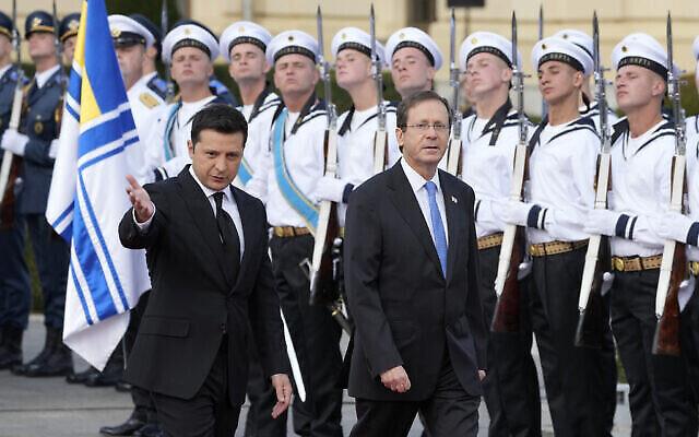 تصویر: ولادیمیر زلنسکی رئیس جمهور اوکراین، چپ، و پرزیدنت ایتسخاک هرتزوگ رئیس جمهور اسرائيل، در مراسم استقبال که پیش از ملاقات این دو در کی-یف برگزار شد، از گارد احترام سان می بینند؛ اوکراین، ۵ اکتبر ۲۰۲۱. (AP Photo/Efrem Lukatsky)