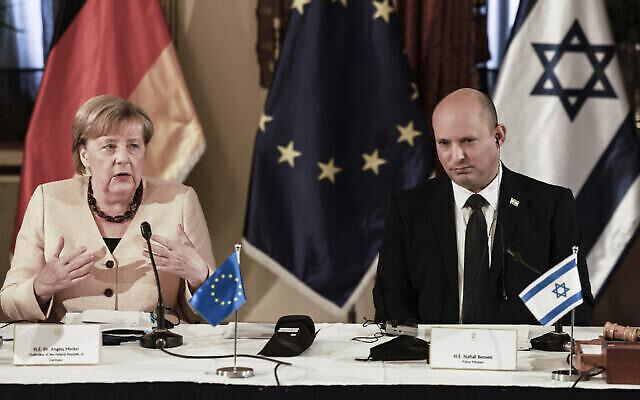 تصویر: آنگلا مرکل صدراعظم آلمان حین سخن در جلسه کابینه بهمراه نفتالی بنت نخست وزیر اسرائیل در اورشلیم، شنبه، ۱۰ اکتبر ۲۰۲۱. (Menahem Kahana/Pool Photo via AP)