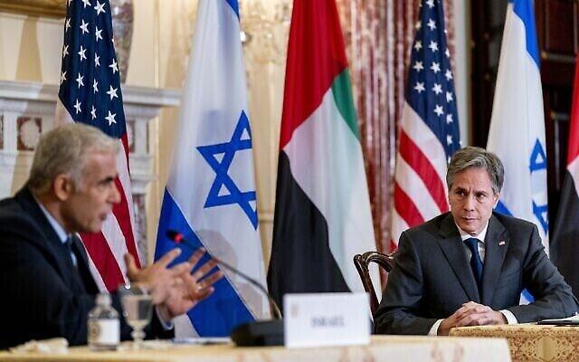 تصویر: یائیر لپید وزیر خارجهٔ اسرائیل، چپ، بهمراه آنتونی بلینکن وزیر خارجهٔ ایالات متحده، راست، حین گفتگو در کنفرانس مشترک مطبوعاتی در وزارت خارجهٔ ایالات متحده، چهارشنبه، ۱۳ اکتبر ۲۰۲۱.  (AP Photo/Andrew Harnik, Pool)