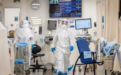 تصویر تزئینی: کارکنان «بیمارستان شعر زدیک» با لباس و تجهیزات ایمنی حین کار در بخش کرونا، اورشلیم، ۲۳ سپتامبر ۲۰۲۱. (Yonatan Sindel/Flash90)