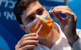 تصویر: یکی از کارکنان درمانی حین آماده واکسن کوئید ۱۹ در اورشلیم، ۳ اکتبر ۲۰۲۱.  (Yonatan Sindel/Flash90)