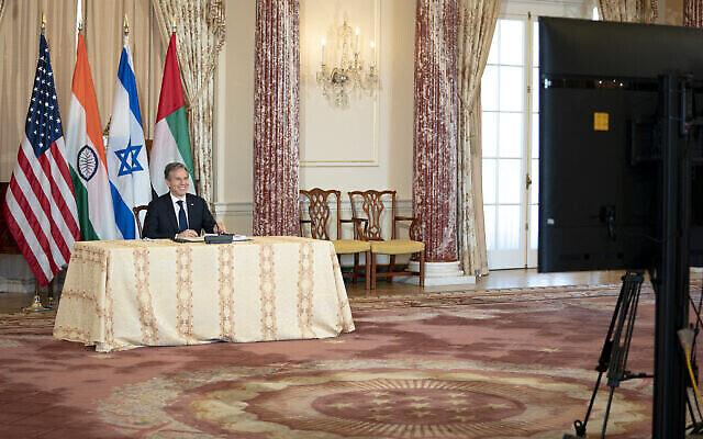 تصویر: «آنتونی بلینکن» وزیر خارجهٔ ایالات متحده در جلسهٔ زوم با وزرای خارجهٔ اسرائیل، هند، و امارات متحد عربی، ۱۸ اکتبر ۲۰۲۱. (State Department)