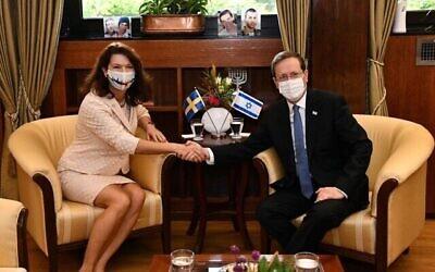 تصویر: «آن لینده» وزیر خارجهٔ سوئد در ملاقات با «ایتسخاک هرتزوگ» رئیس جمهور اسرائیل در اورشلیم، ۱۸ اکتبر ۲۰۲۱. (Haim Zach/GPO)