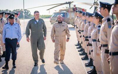 «ابراهیم ناصر محمد العلوی» فرمانده نیروی هوایی امارات، پس از فرود هواپیمای خود در اسرائیل، با «آمیکام نورکین» فرمانده نیروی هوایی اسرائیل؛ علوی برای مشاهدهٔ تمرینات «پرچم آبی» نیروی هوایی به اسرائیل آمده است؛ ۲۵ اکتبر ۲۰۲۱. (Israel Defense Forces)