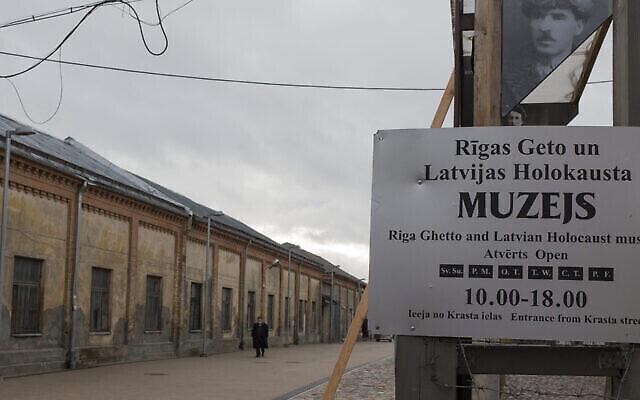 تصویر: مردی در «موزهٔ ریگا گتو»، لتونی، ۱۱ ژانویه ۲۰۱۴. (Fishman/Ullstein via Getty Images via JTA)
