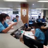 تصویر: در پی حمله سایبری باج افزار به مرکز درمانی هیلل یافه کارکنان بیمارستان حین ثبت اطلاعات بیماران با قلم و کاغذ مشاهده می شوند، ۱۳ اکتبر ۲۰۲۱. (Hillel Yaffe Medical Center)