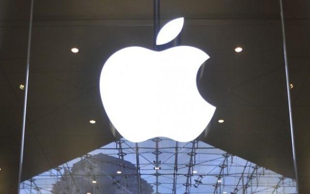 Logo d'Apple dans un Apple store à Paris (Crédit : Serge Attal/Flash90)