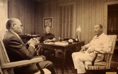 Le Premier ministre Menachem Begin (à gauche) avec le président américain Jimmy Carter (au centre) et le président égyptien Anwar Sadat à Camp David en septembre 1978. (Crédit : CC BY-SA Jeff Kubina/Flickr)
