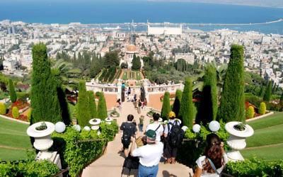 Terrasses des jardins bahaïs, surplombant Haïfa et la côte méditerranéenne. (Crédit : Oren Fixler/Flash90)