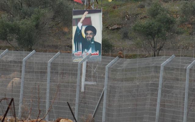 Une affiche du Hezbollah, à la frontière Sud du liban (Crédit : Hamad Almakt/Flash 90)
