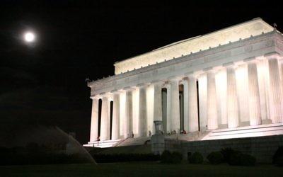 Une photo de nuit du Lincoln Memorial à Washington, Etats-Unis (Crédit : Rachael Cerrotti/Flash90)