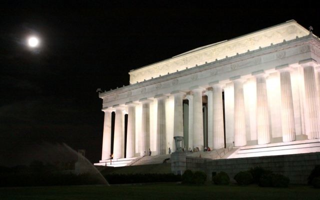 Une photo de nuit du Lincoln Memorial à Washington, Etats-Unis (Crédit : Rachael Cerrotti/Flash90)