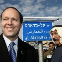 Le maire de l'époque, Nir Barkat, se rend dans le quartier d'Issawiya, à Jérusalem-Est, pour inaugurer une nouvelle route. (Kobi Gideon/Flash90)