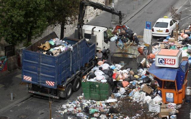 Nettoyage d'une benne à ordures après 5 jours de grève, en 2012. (photo credit Kobi Gideon/Flash90)