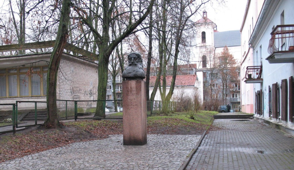 A monument to the Gaon of Vilna stands near where the Great Synagogue once stood. (Photo credit: Ruth Ellen Gruber/JTA)