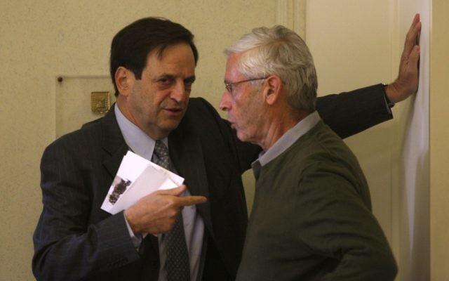 Dan Meridor, l'assistant du Premier ministre, (à gauche) parle avec le député Benny Begin au Bureau du Premier ministre à Jérusalem. (Crédit photo: Lior Mizrahi/Flash90)