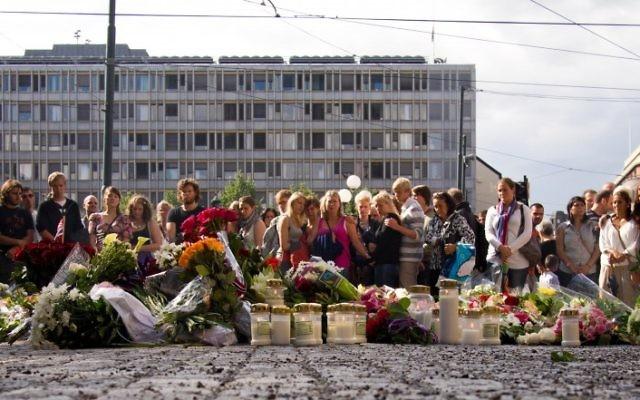 Des fleurs déposées devant la cathédrale d'Oslo le lendemain du massacre de 77 personnes par Anders Behring Breivik, en 2011. (Crédit : Johsgrd/CC-BY-SA/Flickr)