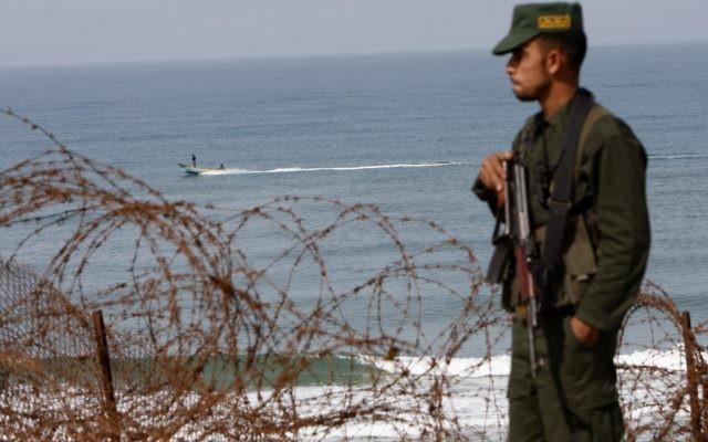 Un membre du Hamas au poste-frontière de Rafah (Crédit : Abed Rahim Khatib/Flash90)