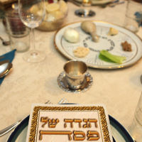 Une table traditionnelle de Seder de Pessah. (Crédit : Flash90)