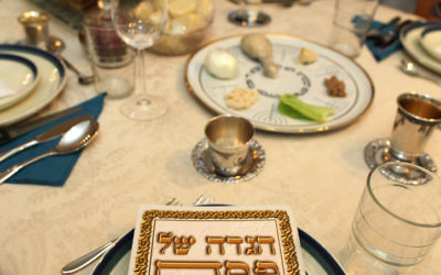 Une table traditionnelle de Seder de Pessah. (Crédit : Flash90)