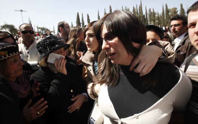 Eva Sandler arrive aux funérailles de sa famille à Jerusalem, en mars 2012 (Crédit : Miriam Alster/FLASH90)