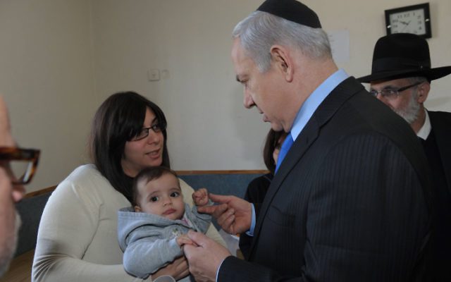 Le Premier ministre Benjamin Netanyahu avec Eva Sandler, l'pouse du rabbin Jonathan Sandler et la mère d'Arieh et Gabriel, victimes de Mohammed Merah, le 22 mars 2012. (Crédit : Amos Ben Gershom/GPO/Flash90)