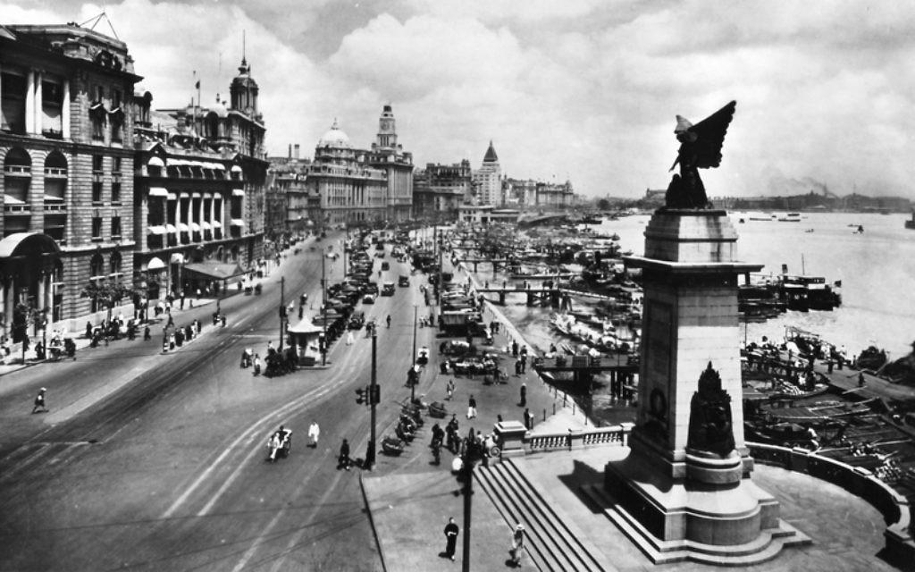 Shanghai Bund, un chenal principal, en 1928. Shanghai a été un refuge pour les dizaines de milliers de réfugiés juifs pendant la Seconde Guerre mondiale. (Crédit : Wikimedia Commons)