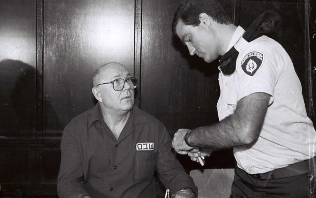 John Demjanjuk devant la Cour suprême d'Israël en 1991. Demjanjuk a été condamné par un tribunal allemand pour avoir été gardien d'un camp de la mort nazi. (Flash90)