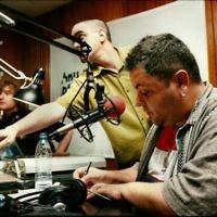 Arkadi Duchin (à droite), chanteur, compositeur et producteur israélien lors d'une émission de radio sur Reshet Gimmel. (Crédit : Moshe Shai/Flash90)