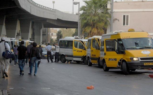 """Des taxis à Tel Aviv, connus sous le nom de """"sherut"""", attendent pour emmener les gens à Jérusalem et dans d'autres villes d'Israël (Crédit : Rachael Cerrotti/Flash90)"""