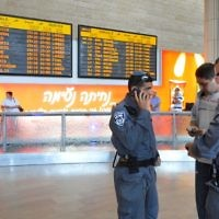Policiers à l'aéroport international Ben Gurion. Illustration. (Crédit : Yossi Zeliger/Flash90)