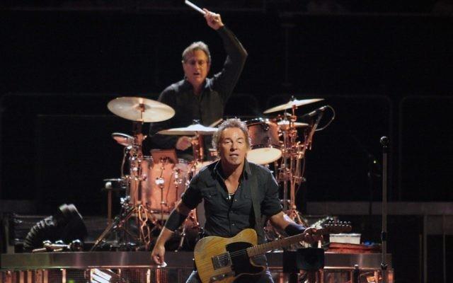 Bruce Springsteen avec son batteur juif, Max Weinberg en concert. (Crédit: CC-BY-SA, Craig ONeal, Wikipedia)