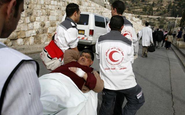 Travailleurs du Croissant-Rouge palestinien (photo d'illustration : Nati Shohat /Flash90)