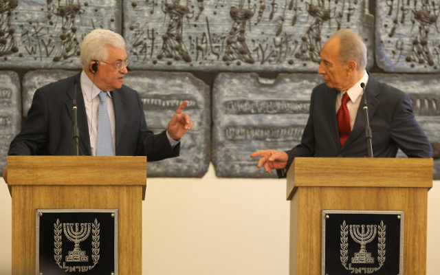 Shimon Peres et Mahmoud Abbas en 2008  (Crédit : Kobi Gideon/Flash 90)