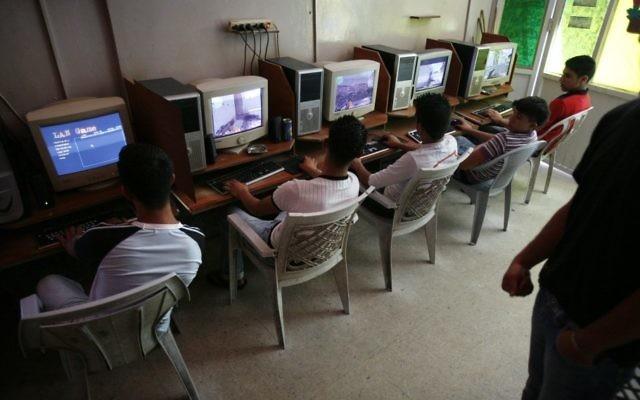 Jeunes sur internet dans un café. Illustration. (Crédit : Michal Fattal /FLASH90)