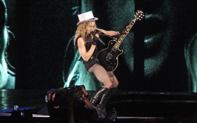 La chanteuse américaine Madonna se produit lors de sa tournée Sticky and Sweet à Tel Aviv en 2009. (Crédit : Amir Meiri / Flash90)