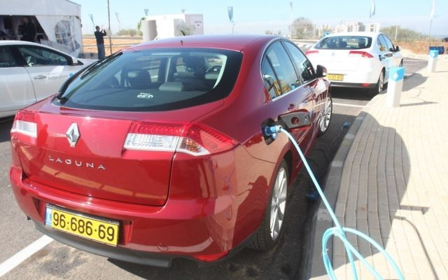Une voiture électrique Renault qui recharge à Ramat HaSharon. (Crédit photo : Roni Schutzer/Flash90)