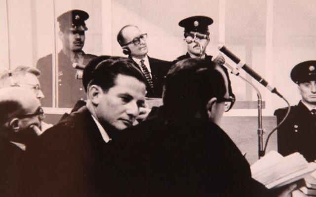Gideon Hausner, le procureur israélien du procès d'Adolf Eichmann (gauche) et Gabriel Bach, à Jérusalem, en 1961. (Crédit : GPO/Flash90)